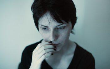 femme qui angoisse à cause d'une fuite de sa coupe menstruelle